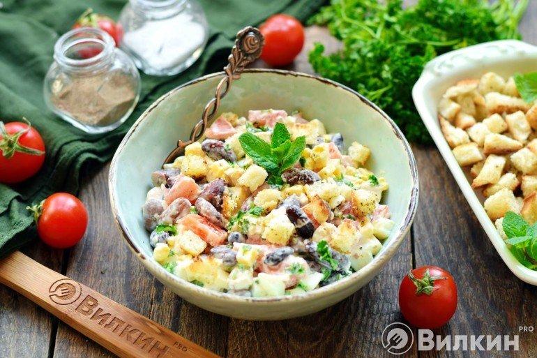 Сытный салатик с курицей и фасолью