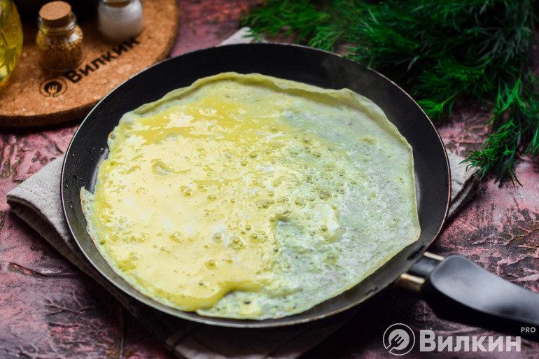 Заливка яичной смеси на сковороду