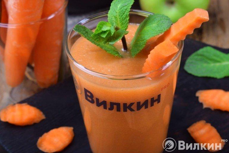Морковный смузи с яблоком и бананом