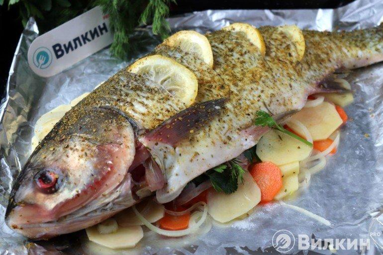 Укладка рыбы на овощи