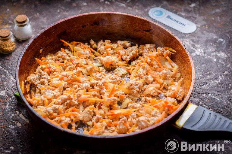 Фарш с морковью и луком на сковороде