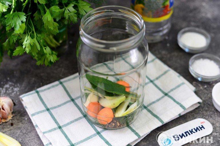 Закладка моркови, лука, чеснока и пряностей