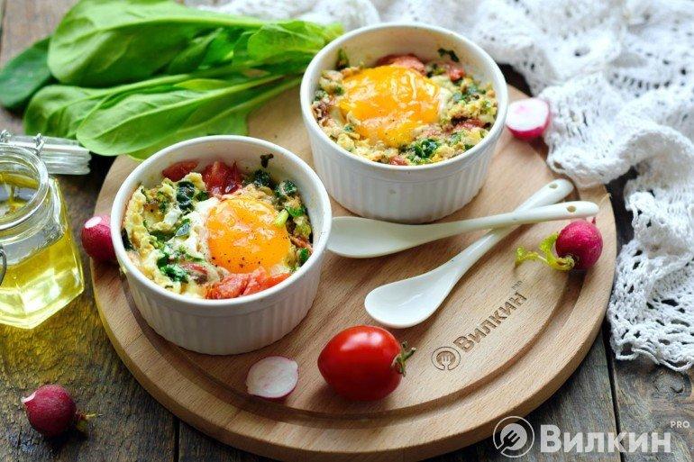Яичница с овощами в формочке