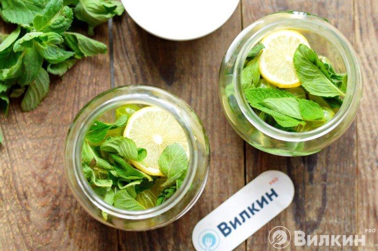 Добавление мяты и лимона