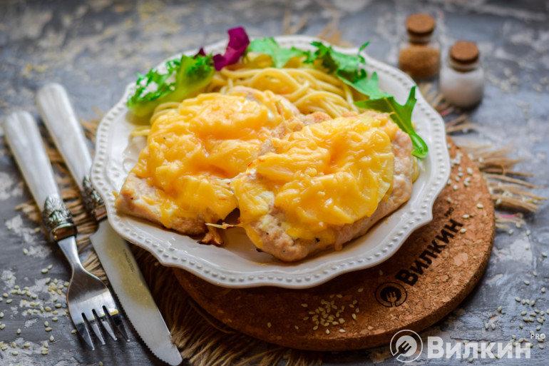 Запеченное куриное филе с ананасами и сыром