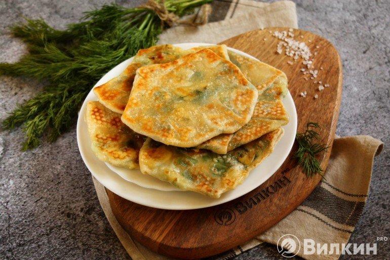 Лепешки с сыром и зеленью на сковороде