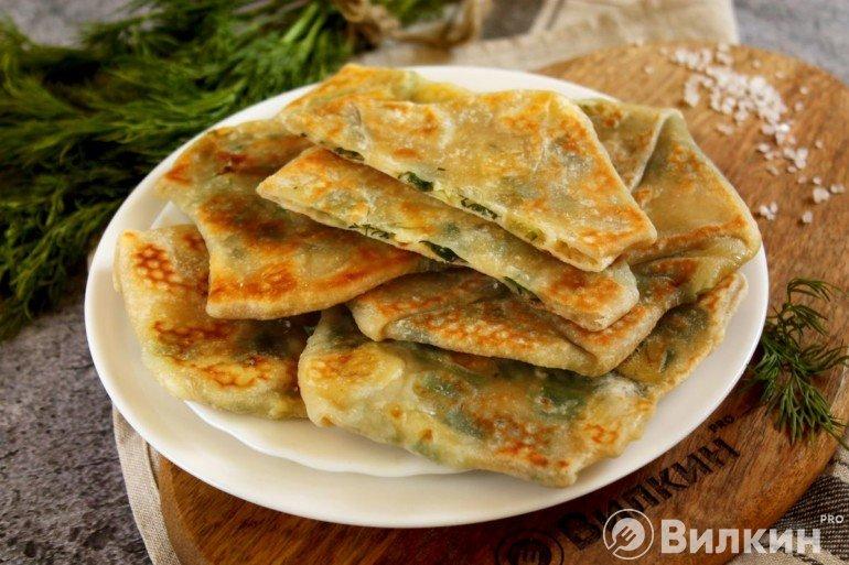 Горячие лепешки с сыром и зеленью на скорую руку