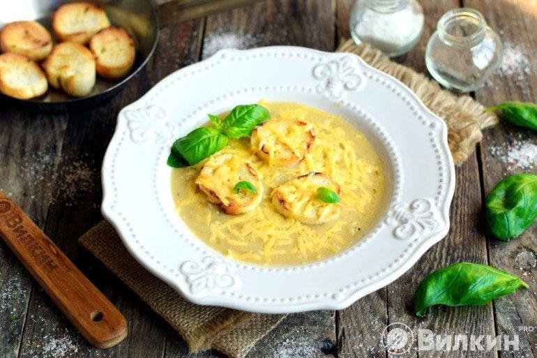 Подача французского супа из лука