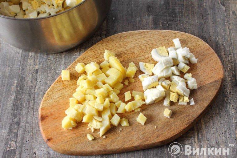 Нарезанные яйца с картошкой