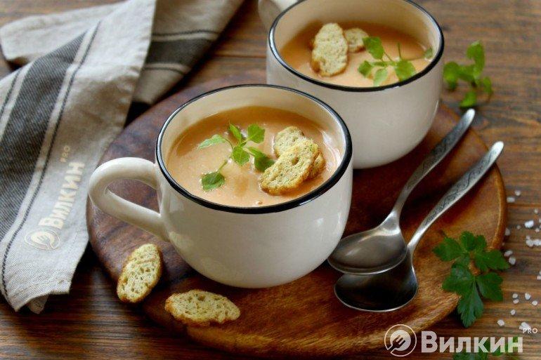 Подача крем-супа с сухариками