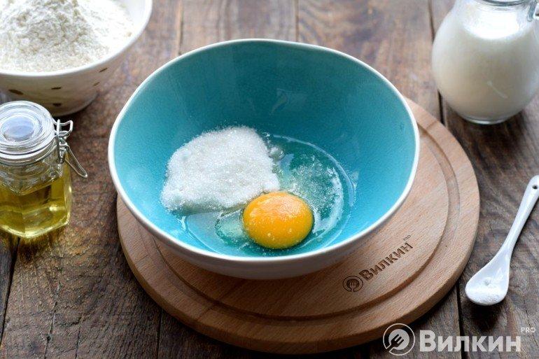 Яйцо с сахаром и солью