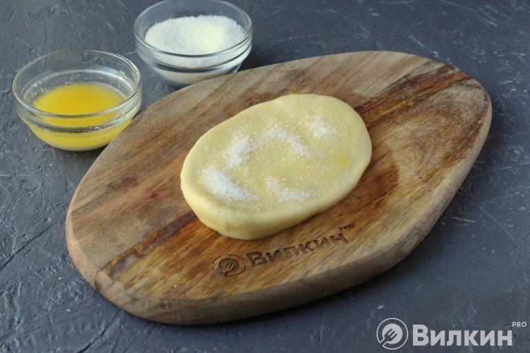 Смазывание маслом и присыпка сахаром