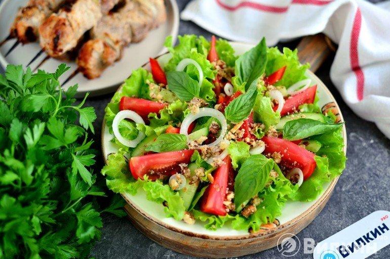 Грузинский овощной салат с грецкими орехами