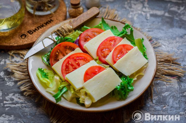 Выкладка сыра и помидора на листья