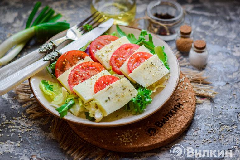 Простой салатик с моцареллой и помидорами