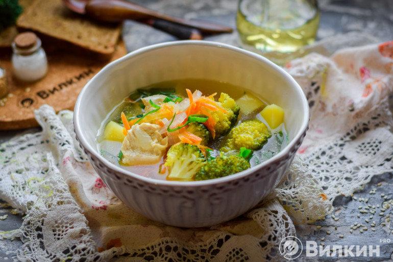 Диетический суп с брокколи и курицей на обед