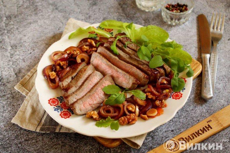 Теплый салат с говядиной, орехами и луком
