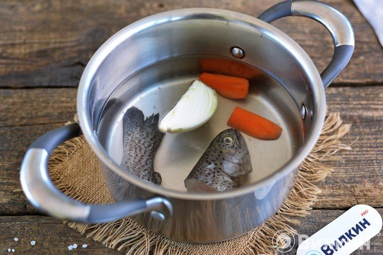 Закладка рыбы, моркови и лука