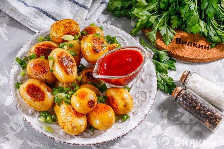 Запеченный картофель с томатным соусом