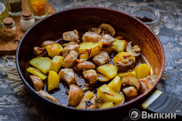 Приготовление жаркого на сковороде