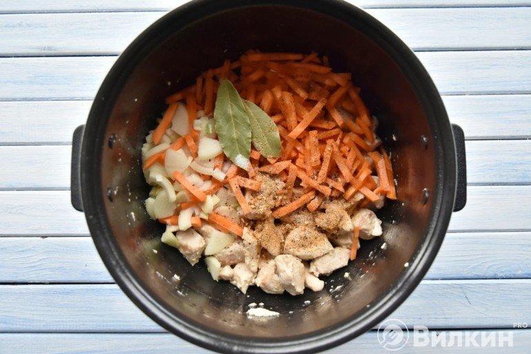 Добавление лука и моркови к филе
