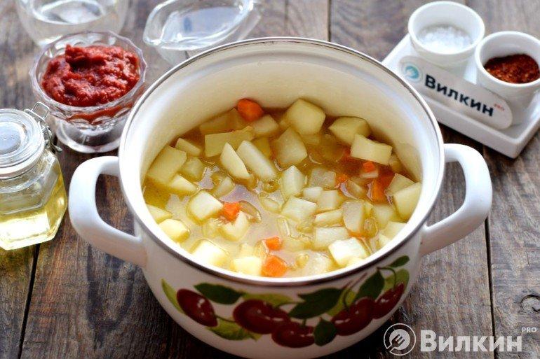 Перекладывание овощей в кастрюлю