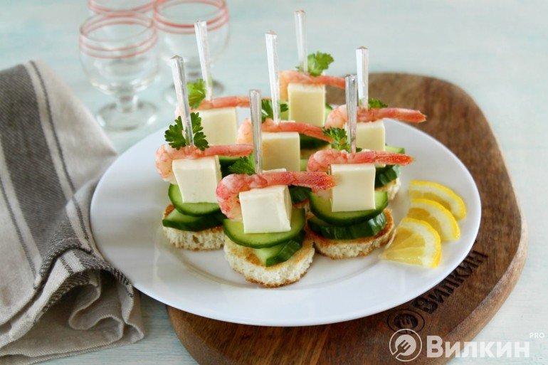 Выкладка мини-бутербродов на тарелку