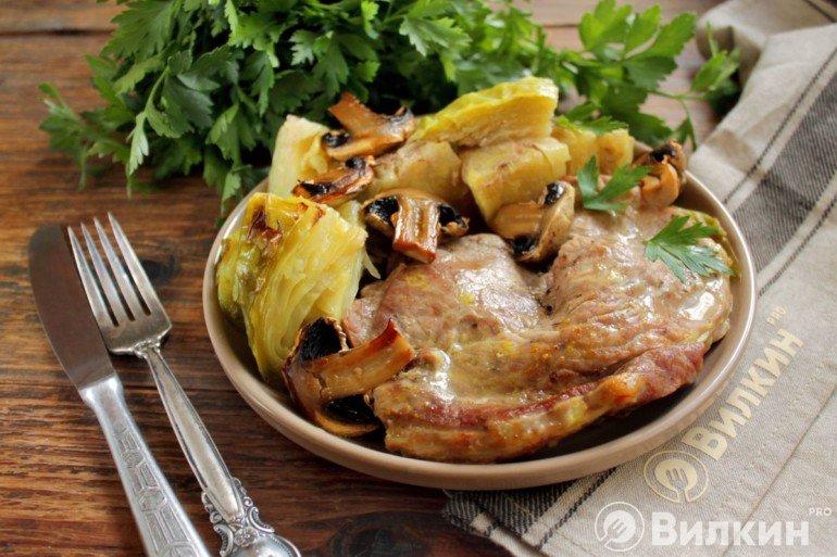 Капуста с мясом в духовке