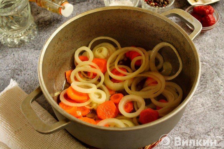 Обжарка лука с морковью