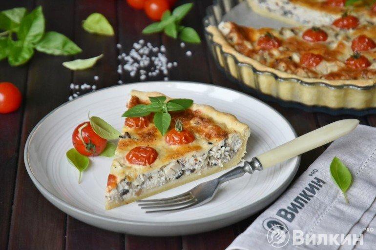 Кусочек открытого пирога с курицей, грибами и помидорами черри