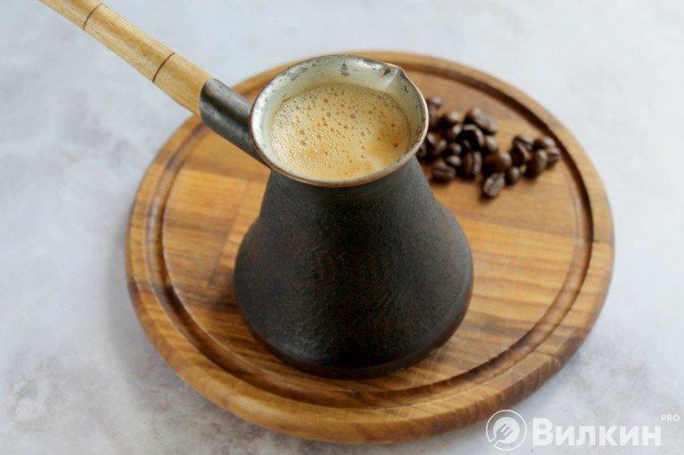 Сваренный кофе в турке
