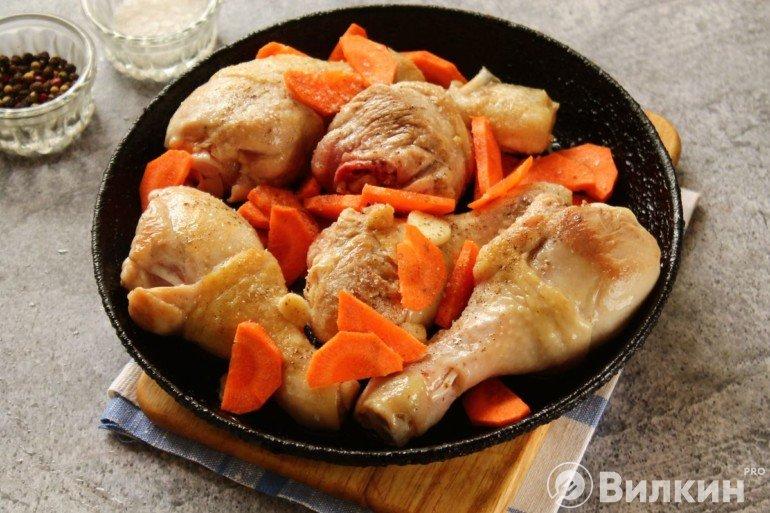 Добавление моркови и чеснока