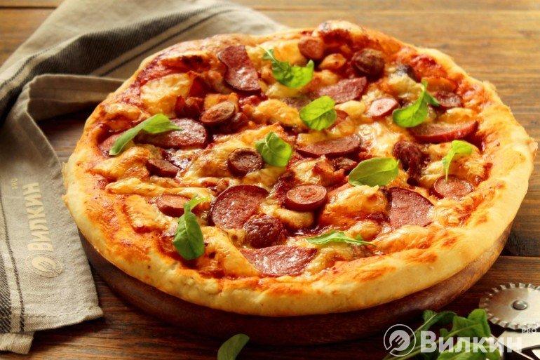 Горячая пицца с мясом и колбасой