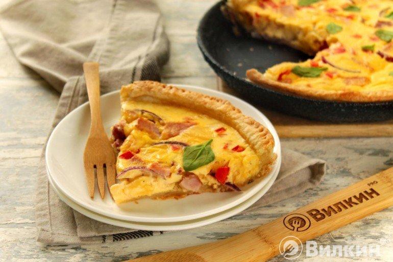 Кусочек открытого пирога с ветчиной и сыром