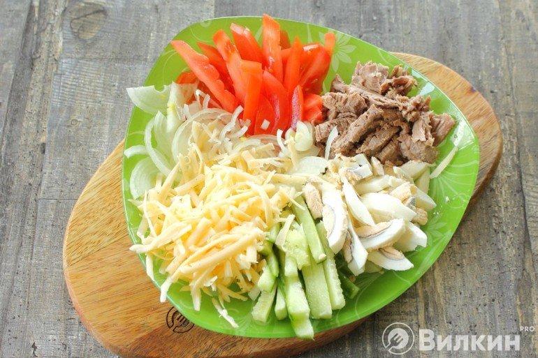 Выкладка составных салата на блюде