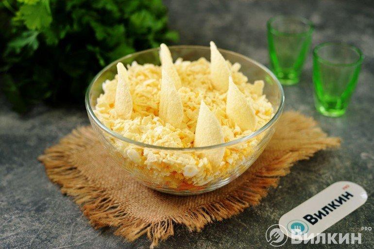 Салат «Парус» с чипсами и корейской морковью