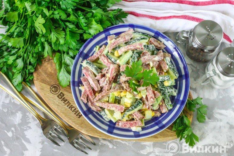 Салат с колбасой, огурцом и яйцом