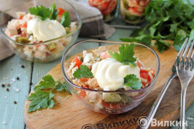 Сытный салат с копченым сыром и курицей