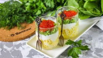 Салат с красной икрой в стаканах