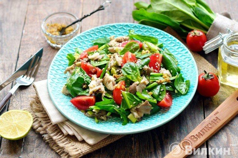 Салат с вешенками, помидорами и шпинатом