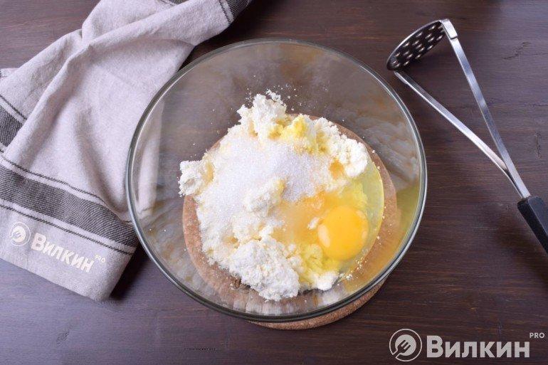 Творог, яйцо и сахар