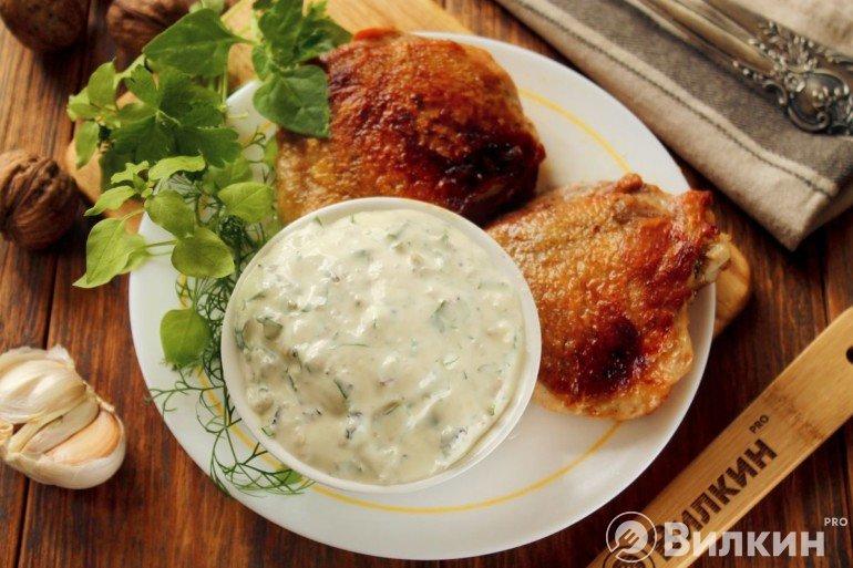 Сметанный соус с чесноком для курицы