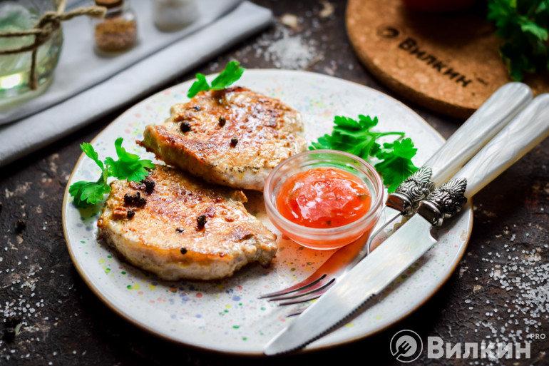 Подача свиных стейков с томатным соусом