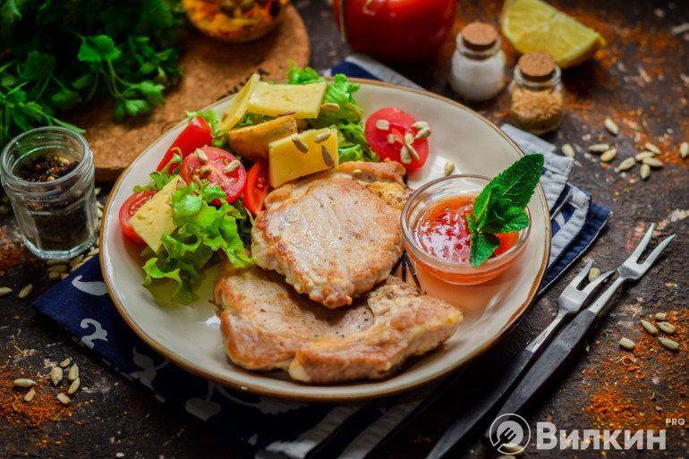 Запеченные стейки из свинины