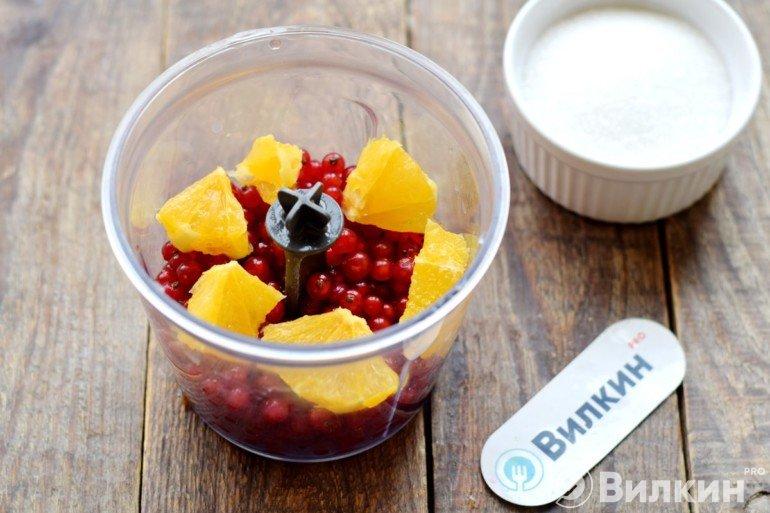 Закладка ягод и апельсина в чашу