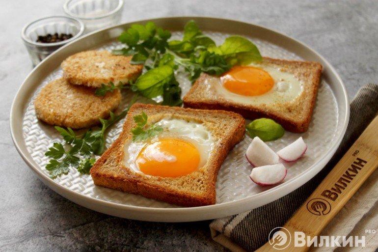 Яичница в хлебе по-французски