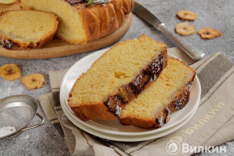 Подача бананового пирога на десерт