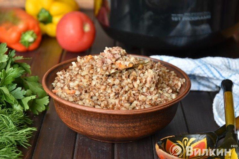 Порция гречки с тушенкой из свинины