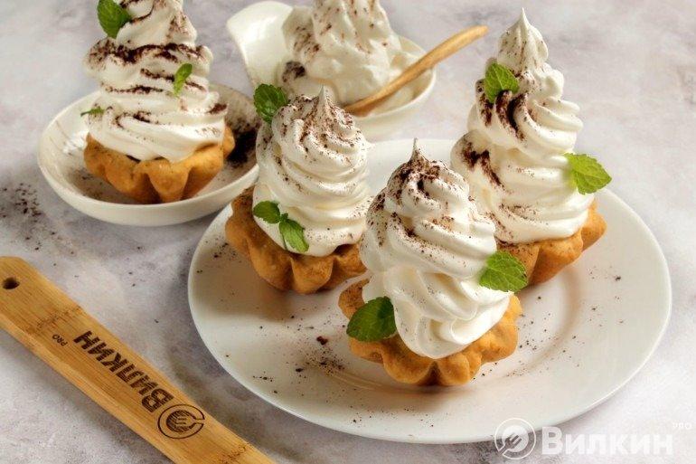 Подача корзиночек с белковым кремом на десерт