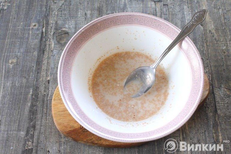 Размешивание сахара с дрожжами в молоке